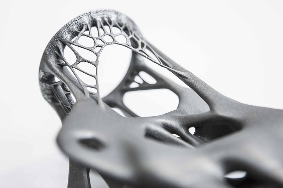 Photo: David de Jong. Joint en acier produit par impression 3D conçu par Salome Galjaard, conceptrice senior de produits et d'interactions chez Arup.